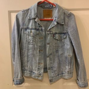 lightwash levis jean jacket